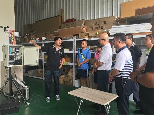 業者解說傳感器設備可紀錄光度、溫度、濕度、風速、土壤pH 與EC值等